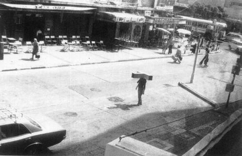 אפרת נתן, פסל ראש, מאי 1973, מיצג, באדיבות האמנית וגלריה רוזנפלד , תיעוד: יאיר גרבוז