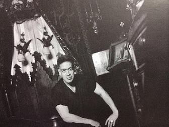סרנו בדירתו בברוקלין, 1996. צילום: רונה סלע