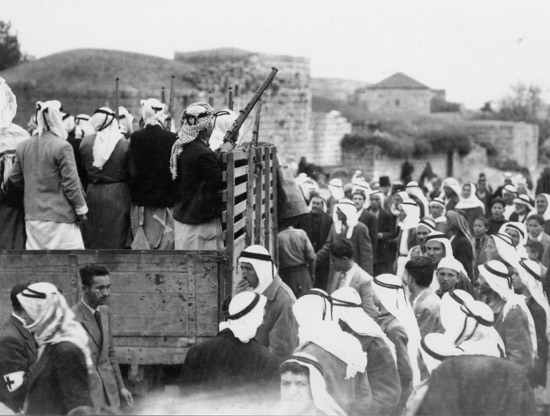 ישראל נתח (צלם מסתערב), לוחמיו של עבד אלקאדר אלחוסייני יוצאים לכיבוש אלקסטל, אפריל 1948,  ארכיון הפלמ''ח, באדיבות ישראל נתח (2008-1918)