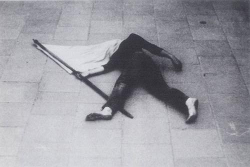 אפרת נתן, דגל, תל-אביב, 1974, פעולה מצולמת, באדיבות האמנית וגלריה רוזנפלד, תיעוד: תמר גטר