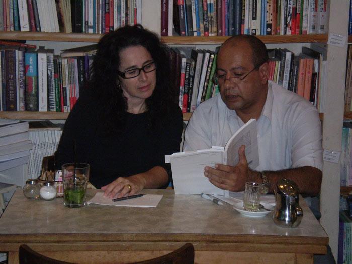 יאפא, חנות ספרים בערבית ובעברית, ערב השקת הספר, 24.10.2009, בתמונה: ד''ר מאג'ד חמרהעם רונה סלע מחברת הספר