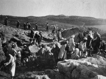 ח'ליל ראאד, נשים וקיר כנעני עתיק, חפירות בית-שמש שבוצעו על-ידי ד''ר גרנט, 1933-1928