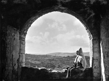 ח'ליל ראאד, אישה מבית-לחם יושבת במרפסת ביתה ונהנית מהנוף