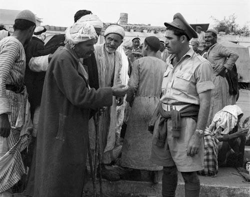 צלם לא ידוע, שירות מפות וצילומים, אלמג'דל, פלסטינים משוחחים עם חיילים, נובמבר 1948, ארכיון צה''ל ומערכת הביטחון
